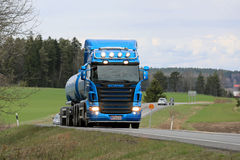 Μπλε φορτηγό δεξαμενών Scania R500 στο δρόμο στην άνοιξη Στοκ Φωτογραφίες