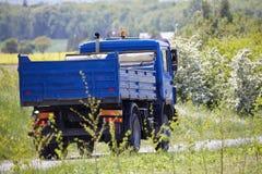 Μπλε φορτηγό στην επαρχία Στοκ Εικόνες