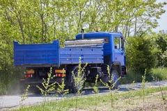 Μπλε φορτηγό στην επαρχία Στοκ εικόνα με δικαίωμα ελεύθερης χρήσης