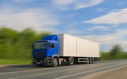 Μπλε φορτηγό στο δρόμο ασφάλτου κάτω από το μπλε ουρανό με τα σύννεφα Στοκ εικόνες με δικαίωμα ελεύθερης χρήσης