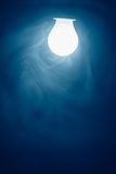 Μπλε φως λαμπτήρων βολβών στην ομίχλη Στοκ εικόνα με δικαίωμα ελεύθερης χρήσης