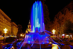 Μπλε φωτισμένη πηγή στην όπερα Plaza σε Timisoara Στοκ Φωτογραφίες