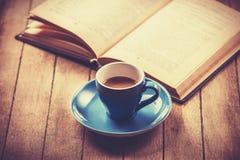 Μπλε φλυτζάνι του καφέ και του εκλεκτής ποιότητας βιβλίου. Στοκ Εικόνες
