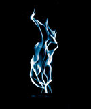 Μπλε φλόγα της πυρκαγιάς σε ένα μαύρο υπόβαθρο Στοκ Φωτογραφίες