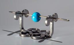 Μπλε χάντρα γυαλιού στη βελόνα Στοκ Φωτογραφίες