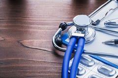 Μπλε χάπια στηθοσκοπίων εικόνας Copyspace στο πακέτο Στοκ φωτογραφία με δικαίωμα ελεύθερης χρήσης