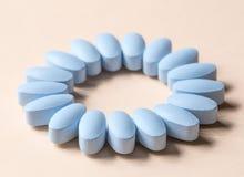 Μπλε χάπια στο μπεζ υπόβαθρο Στοκ εικόνα με δικαίωμα ελεύθερης χρήσης