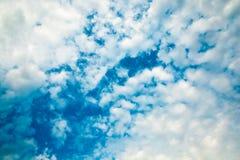 μπλε χνουδωτός ουρανός σύννεφων Στοκ φωτογραφία με δικαίωμα ελεύθερης χρήσης