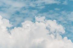 μπλε χνουδωτός ουρανός &sig Στοκ Εικόνα