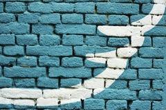 Μπλε χρωματισμένη σύσταση υποβάθρου τουβλότοιχος - με την καλλιτεχνική άσπρη μορφή Στοκ εικόνα με δικαίωμα ελεύθερης χρήσης