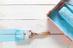 Μπλε χρώμα βουρτσών ζωγραφικής στην ξύλινη σανίδα Στοκ Εικόνες