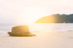 μπλε χρώμα της θάλασσας και του καπέλου στην άμμο Στοκ Εικόνες