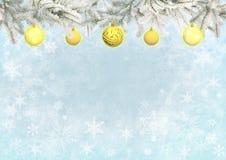 Μπλε χρώμα υποβάθρου Χριστουγέννων με τις κίτρινες σφαίρες Στοκ Εικόνα