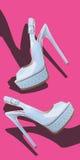 Μπλε ψηλοτάκουνα σανδάλια στο δέρμα διπλωμάτων ευρεσιτεχνίας στοκ φωτογραφίες