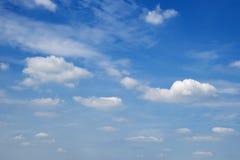 Μπλε όμορφος ουρανός με τα λευκά σαν το χιόνι σύννεφα των διαφορετικών μορφών, υπόβαθρο Στοκ Φωτογραφίες