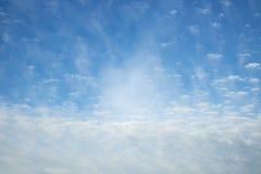 Μπλε όμορφος ουρανός με τα λευκά σαν το χιόνι σύννεφα των διαφορετικών μορφών, υπόβαθρο Στοκ Εικόνες