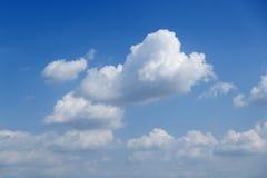 Μπλε όμορφος ουρανός με τα λευκά σαν το χιόνι σύννεφα των διαφορετικών μορφών, υπόβαθρο Στοκ φωτογραφίες με δικαίωμα ελεύθερης χρήσης