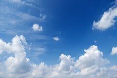 Μπλε όμορφος ουρανός με τα λευκά σαν το χιόνι σύννεφα των διαφορετικών μορφών, υπόβαθρο Στοκ Φωτογραφία