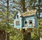 Μπλε birdhouse Στοκ εικόνα με δικαίωμα ελεύθερης χρήσης