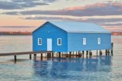 Μπλε Boathouse και φεγγάρι στοκ φωτογραφίες