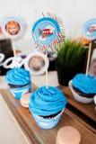 Μπλε cupcakes, γενέθλια μωρών, διακοπές παιδιών κιβωτίων κοσμήματος αεροσκαφών Στοκ εικόνα με δικαίωμα ελεύθερης χρήσης