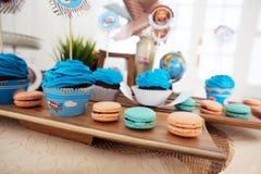 Μπλε cupcakes, γενέθλια μωρών, διακοπές παιδιών κιβωτίων κοσμήματος αεροσκαφών Στοκ φωτογραφίες με δικαίωμα ελεύθερης χρήσης