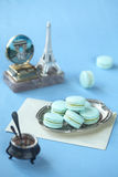 Μπλε Macarons με την πλήρωση μεντών Στοκ Φωτογραφία