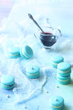 Μπλε Macarons με την πλήρωση τυριών και βακκινίων κρέμας Στοκ φωτογραφία με δικαίωμα ελεύθερης χρήσης