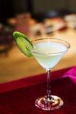 Μπλε martini κοκτέιλ με τον ασβέστη στο φραγμό Στοκ Φωτογραφίες