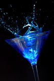 Καταβρέχοντας μπλε Martini Στοκ φωτογραφία με δικαίωμα ελεύθερης χρήσης