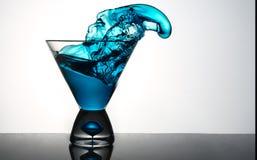 Μπλε Martini ράντισμα γυαλιού Στοκ φωτογραφία με δικαίωμα ελεύθερης χρήσης