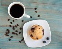 Μπλε muffin μούρων μπλε μούρα και καφές Στοκ Φωτογραφία