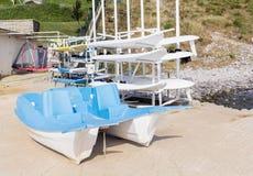 Μπλε pedalo και ιστιοσανίδες Στοκ φωτογραφία με δικαίωμα ελεύθερης χρήσης
