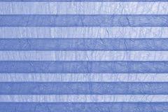 Μπλε plissee, τυφλό στο παράθυρο Στοκ Εικόνες