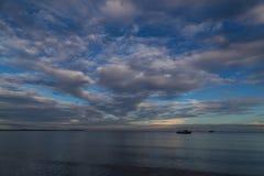 μπλε seascape θάλασσας βράχων πρωινού larnaca οριζόντων της Κύπρου πόλεων σαφής στενός cristal μεσογειακός ουρανός επάνω Βάρκες σ Στοκ φωτογραφία με δικαίωμα ελεύθερης χρήσης