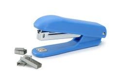 Μπλε stapler γραφείων με τα υποστηρίγματα μετάλλων Στοκ Φωτογραφία