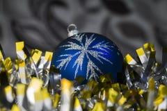 Μπλε tinsel παιχνιδιών Στοκ Φωτογραφία