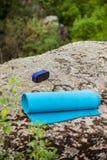 Μπλε yogamat, ασύρματος φορητός ομιλητής στο βράχο στο φαράγγι στοκ εικόνες