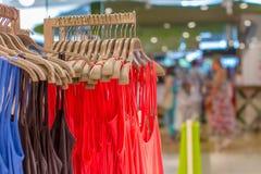 Μπλούζες πρόβλεψης που κρεμούν σε μια κρεμάστρα στο κατάστημα Στοκ φωτογραφία με δικαίωμα ελεύθερης χρήσης