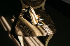 Μυθικά ασημένια νυφικά παπούτσια στην καρέκλα Στοκ εικόνες με δικαίωμα ελεύθερης χρήσης