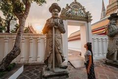 Μυθικός, μυστικός, βουδιστικός ασιατικός ναός Γυναίκα που εντυπωσιάζε στοκ φωτογραφία με δικαίωμα ελεύθερης χρήσης