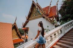 Μυθικός, μυστικός, βουδιστικός ασιατικός ναός Γυναίκα που εντυπωσιάζεται με την ομορφιά της θέσης Περίπατοι κοριτσιών τουριστών μ στοκ φωτογραφία