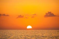Μυθικό ηλιοβασίλεμα σε ένα υπόβαθρο του ουρανού Στοκ εικόνα με δικαίωμα ελεύθερης χρήσης