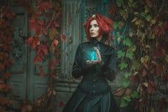 Μυθικό κορίτσι με μια κλεψύδρα Στοκ εικόνα με δικαίωμα ελεύθερης χρήσης