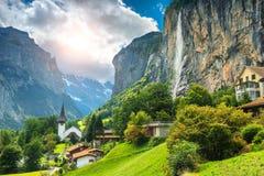 Μυθικό ορεινό χωριό με τους υψηλούς απότομους βράχους και τους καταρράκτες, Lauterbrunnen, Ελβετία στοκ εικόνες