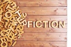 Μυθιστοριογραφία λέξης που γίνεται με τις ξύλινες επιστολές στοκ φωτογραφία με δικαίωμα ελεύθερης χρήσης