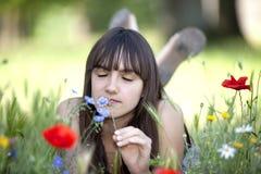 μυρίζοντας έφηβος λουλ&o στοκ φωτογραφίες