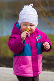 Μυρίζοντας λουλούδι μικρών κοριτσιών Στοκ εικόνα με δικαίωμα ελεύθερης χρήσης