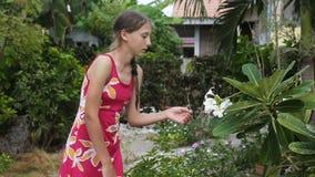 Μυρίζοντας λουλούδι νέων κοριτσιών στον κλάδο φιλμ μικρού μήκους