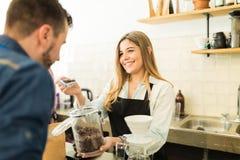 Μυρίζοντας σιτάρια καφέ πελατών σε έναν καφέ Στοκ Φωτογραφίες
